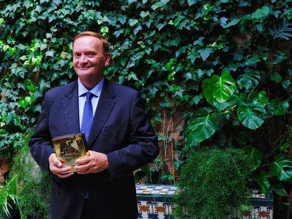El escritor Gonzalo Giner con el Premio Fernando Lara este miércoles en Sevilla