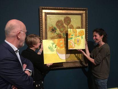 La artista Charlotte Caspers compara la reproducción de los colores originales con el estado actual de la pintura.