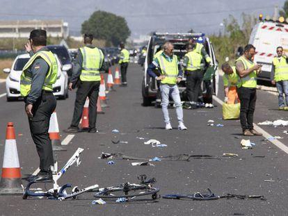 Agentes de la Guardia Civil y de emergencias en el punto donde la conductora de un turismo ha arrollado a un grupo de seis ciclistas.