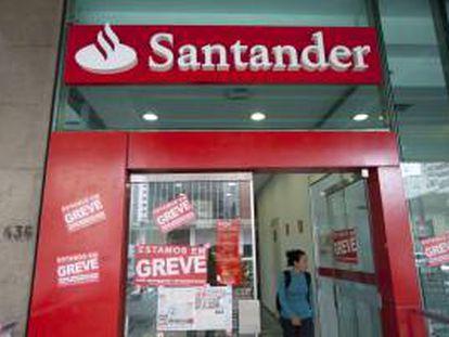 Una mujer fue registrada este jueves al salir de una entidad bancaria en Sao Paulo (Brasil), donde los empleados del sector iniciaron una huelga indefinida para demandar mejoras salariales y una mayor participación en los beneficios de las empresas.