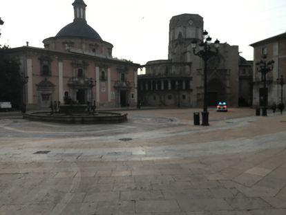 Aspecto de la plaza de la virgen cubierta de polvo rojo, con el rastro del paso de un vehículo de la limpieza.