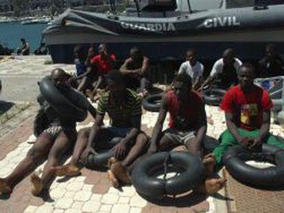 Grupo de inmigrantes rescatados cuando intentaban llegar a Ceuta a nado.