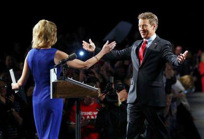 Rand Paul se dispone a abrazar a su mujer Kelley antes de anunciar su candidatura.