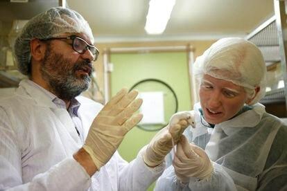 Montoliu muestra uno de los ratones con los que trabaja a la periodista y actriz valenciana Patty Bonet.