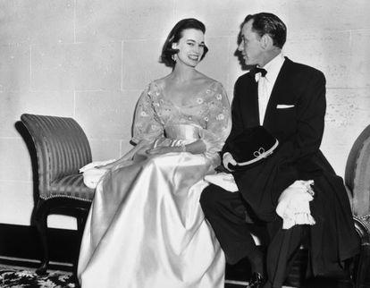 Frank Sinatra y Gloria Vanderbilt, en el Hotel Ambassador de Nueva York la Nochevieja de 1954.