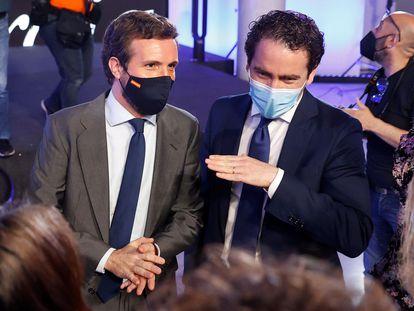 El presidente del Partido Popular, Pablo Casado (izquierda) junto con el secretario general del PP, Teodoro García Egea, este lunes en Madrid.