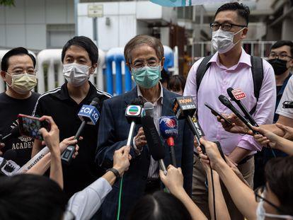 El fundador del Partido Demócrata de Hong Kong, Martin Lee, se dirige a la prensa tras quedar en libertad bajo fianza