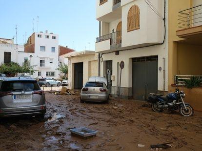 Calle enfangada en Alcanar (Tarragona), este jueves.