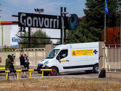 Una furgoneta del Instituto de Medicina Legal sale de la planta burgalesa Gonvarri, este lunes.