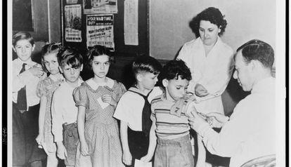 Escolares en fila para ser vacunados en un centro de salud infantil en la ciudad de Nueva York en 1944.
