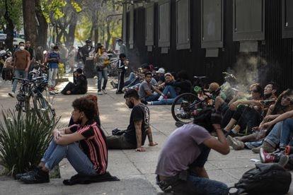 Jóvenes se reúnen por las tardes para fumar a las puertas del Senado mexicano.