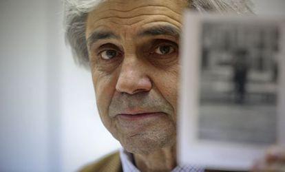 Bernard Plossu muestra una de sus fotografías.