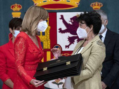 La nueva ministra de Educación y Formación Profesional, Pilar Alegría recibe la cartera ministerial de manos de su antecesora en el cargo, Isabel Celaá.
