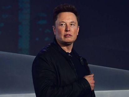 Elon Musk, ensayando pose para cuando entre a formar parte de Simple Minds.