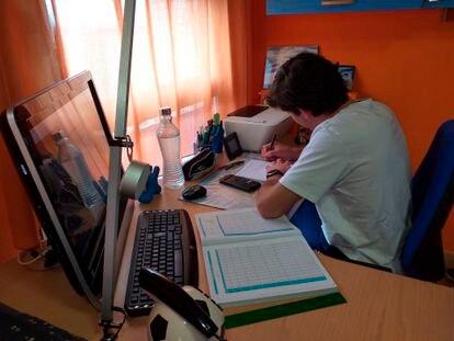 Un estudiante de bachillerato estudiando para la EvAU durante el confinamiento.