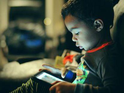 Por primera vez, un estudio encuentra correlación entre las pantallas interactivas y las horas dormidas por menores de tres años