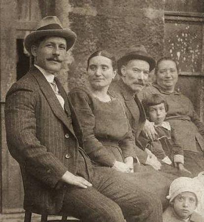 Lola Touza, segunda por la izquierda, en 1923.
