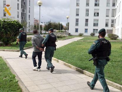 Agentes de la Guardia Civil detienen hoy al presunto autor de la agresión a una mujer en Santander.