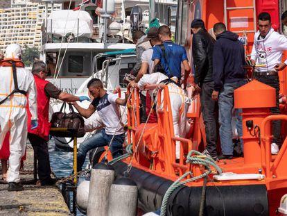 Varios migrantes desembarcan tras ser rescatados en aguas de Gran Canaria.