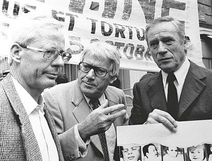 Emmanuel Le Roy Ladurie (izquierda), Semprún e Yves Montand, en una manifestación contra la tortura en Argentina.