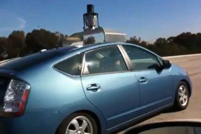 Coche de Google que circula automáticamente por una carretera.