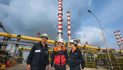 Responsables de la planta ante la nueva torre.