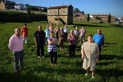 Vecinos de la Aldea de O couto (Ponteceso) que será objeto de una investigación de la Universidad de Santiago de Compostela.