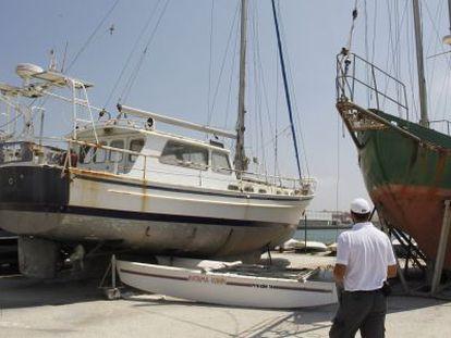 Uno de los 11 barcos que sale a subasta en el puerto gaditano de Barbate.