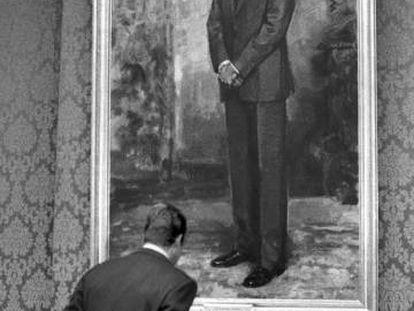 Juan Carlos I observa su imagen en un cuadro de Ricardo Macarrón, en el Congreso en 1980.