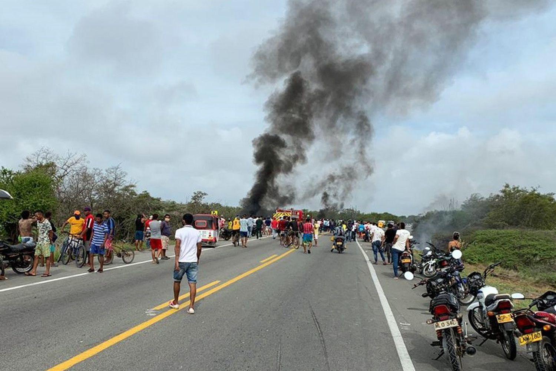 Fotografía cedida por la Alcaldía de Pueblo Viejo del momento en que explota el camión.