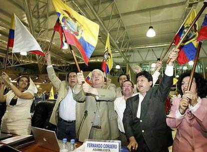 Miembros de la Constituyente ecuatoriana celebran la aprobación de la  nueva Ley Fundamental.