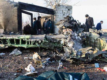 Restos del avión siniestrado en Shahriar (Irán).