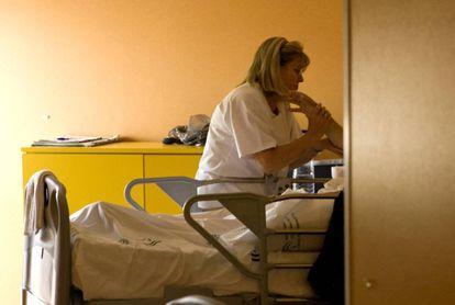 Una enfermera asiste a un paciente.