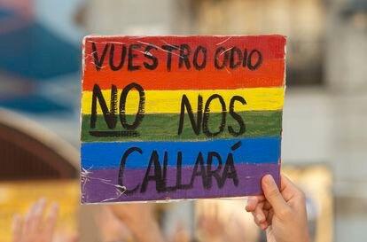 Un joven sostiene una pancarta durante una manifestación para condenar el asesinato de un joven de 24 años el pasado sábado en A Coruña.