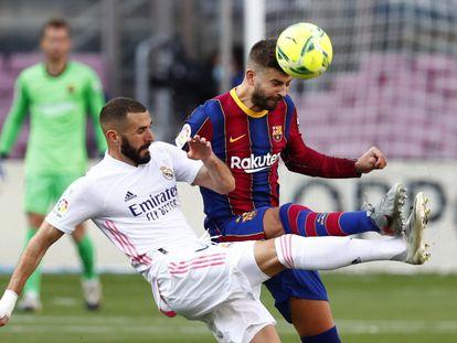 Karim Benzema y Gerard Piqué, en un momento del Clásico disputado en el Camp Nou.