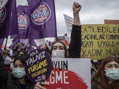 Participantes durante la manifestación convocada en Estambul contra la salida de Turquía del Convenio Europeo contra la Violencia Machista, este sábado.