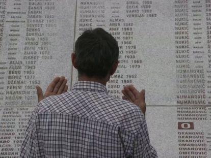 El superviviente Ramiz Nukic reza en el cementerio de Potočari donde están enterrados los restos de sus familiares asesinados en la matanza.
