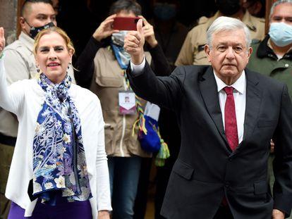 Andrés Manuel López Obrador, presidente de México, y su esposa tras votar el 6 de junio.