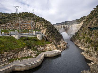 Vista de una presa y una central hidroeléctrica en Carrazeda de Ansiães, Portugal.
