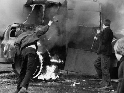 Un grupo de niños apedrean un coche para celebrar la muerte de un soldado británico a manos de un francotirador del IRA, en 1972.