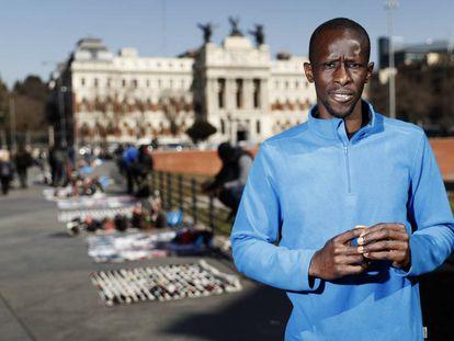 Serigne Mbaye, portavoz de la asociación de manteros y lateros de Madrid, en los aledaños de la estación de Atocha.