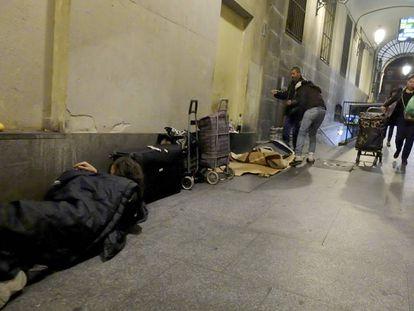 Mendigos en la Plaza Mayor de Madrid.