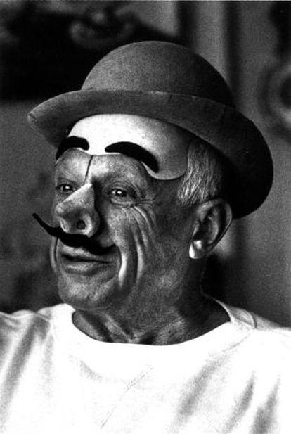 Pablo Picasso, caracterizado de payaso en su finca La Californie, en la localidad de Vauvenargues, en la Provenza. 1957.