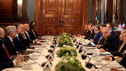 Andrés Manuel López Obrador, durante una reunión con la comitiva del Gobierno de Estados Unidos.