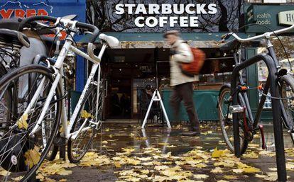 Un hombre pasa por delante de una cafetería de la cadena Starbucks en Londres, Reino Unido.