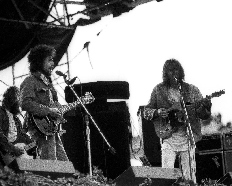 Bob Dylan (izquierda) y Neil Young, en un concierto en San Francisco en marzo de 1975.