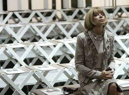 <b>Anna Wintour</b> <b>espera el comienzo del desfile de la colección primavera-verano 2009 de Burberry el pasado septiembre en Milán.