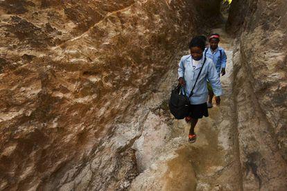 Marceline Razanantsoa cada día tarda más en llegar a la escuela por culpa del cambio climático (Antanifotsy. Madagascar).