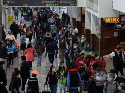 Turistas esperan para abordar su vuelo en el AICM de la Ciudad de México, el 22 de Diciembre de 2020.