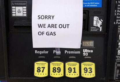 Un surtidor de gasolina en Falls Church (Virginia), el pasado miércoles, cuando miles de estaciones de servicios se quedaron sin gasolina en la costa este de Estados Unidos.